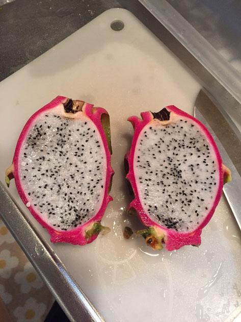 割ってみると中は白い果肉に種の粒粒がいっぱい。ほのかに甘くて、生サボテンより美味しい。