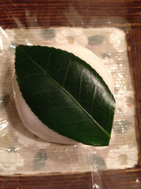 深緑色の鮮やかな椿の葉が乗っている 味はどんな味だろう?