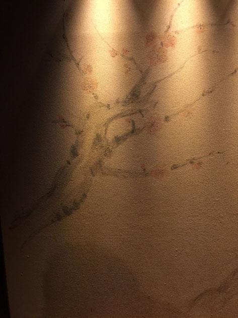 塗り壁に描かれた梅の木。一発勝負の手書きだと思われる。凄い!