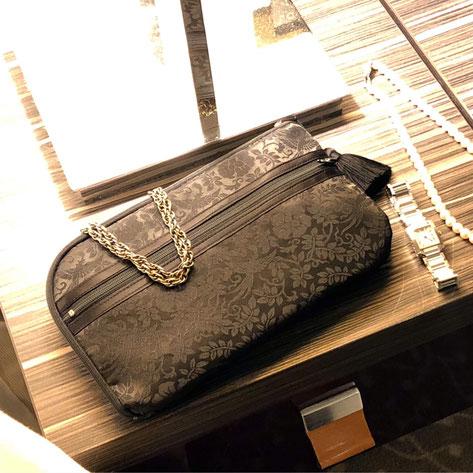吉祥文様の鳳凰が舞う綸子(りんず)のお財布ショルダーバッグ・黒