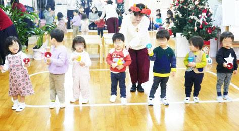 2歳児・母子分離クラスのクリスマス会で、歌に合わせてハンドベルを鳴らして合奏しました。