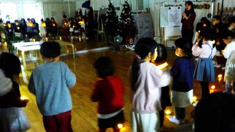 幼稚園児クラスのクリスマス会で、みんなでキャンドルサービスを行いました。