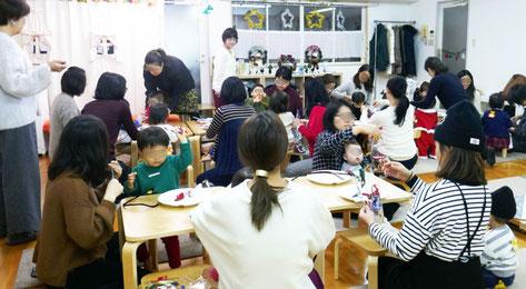 0~1歳児のクラスの第一部で、親子でクリスマスのリーフを製作。モンテッソーリの活動を生かして、上手に通したり曲げたりできました。