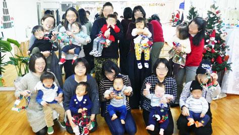 0~1歳児のクリスマス会のクリスマスの製作で、みんなリーフを上手につくることができました。記念写真です。