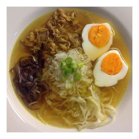 Soto Ajam met gebakken uien, rijst, spitskool en ei.