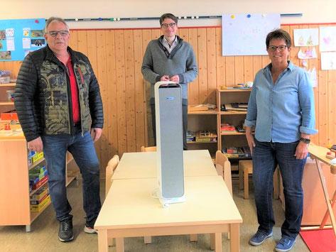 Spender und Ideengeber Lothar Ruppert bei der Übergabe der Geräte an Bürgermeister Timo Lübeck und Kita-Leiterin Ute Nebe.