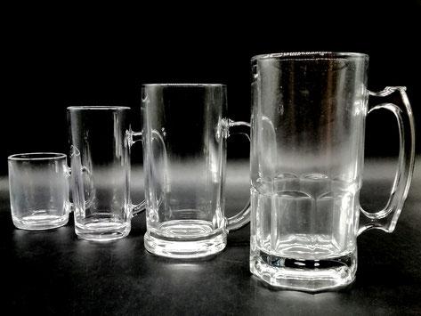 左から ガラスマグカップ 中ジョッキ360ml 大ジョッキ700ml 超特大ジョッキ1000ml    サイズ比較すると左から2番目の中ジョッキ(普通サイズ)が小さく見えますね…
