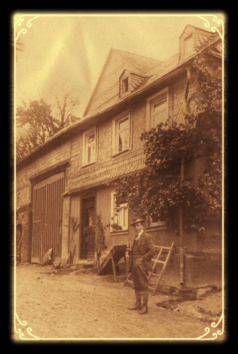 Gustav Müller als junger Mann vor seinem Elternhaus in Laufersweiler