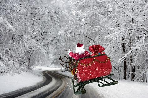 Weihnachtsmann auf verschneiter Straße