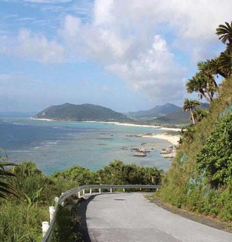 久葉山頂上からの帰り道。手前に青い海が広がり、 奥には伊平屋の山々が連なる