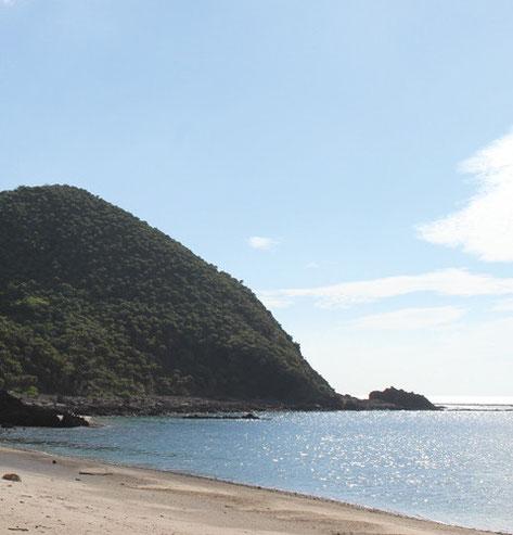 クマヤ海水浴場。クマヤ洞窟前にひろがる白い砂浜