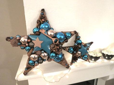 Handgefertigter Stern aus Glaskugeln, blauem Metallstern und Schlüssel in türkis-kupfer.