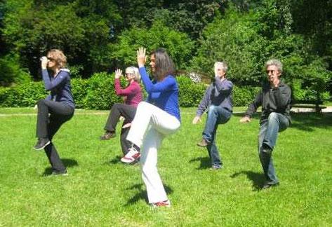 Taiji Kurs mit Eugenie Horsch draußen in einem Hamburger Park