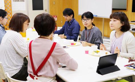 各部署の代表が集まって社員の健康・満足向上を話し合います。