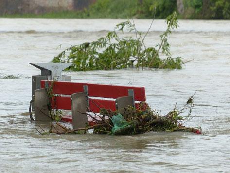 Bank im Hochwasser