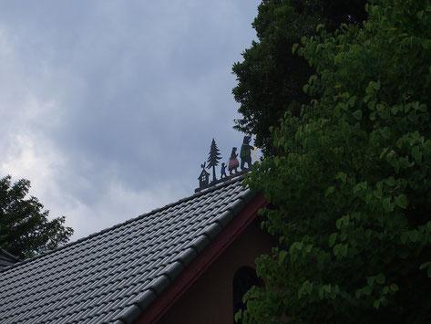 6月11日(2015) 屋根の上のクマの家族(6月10日、小金井市内にて)