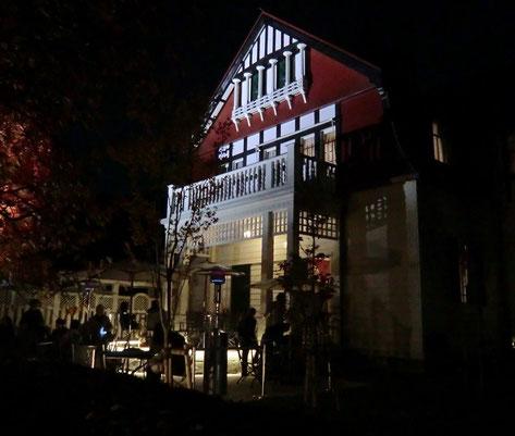 ●ライトアップされた「デ・ラランデ邸」。庭ではカフェも開いていました