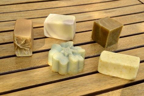 Savon au miel et à la cire (HE d'eucalyptus citronné), savon de Castille à la lavande (HE de lavandin), savon au café, savon fleur à la menthe, savon gommage à l'avoine.
