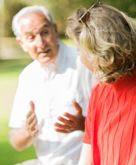 Älterer Herr erklärt das Alter einer jungen Frau