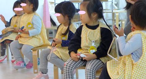 リトミックで2歳児の生徒が楽器を自分で選んで、「虫の声」を合奏をしました。