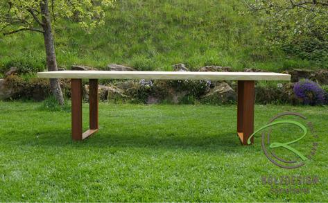 Massiver Lärche-Gartentisch mit Metallgestell