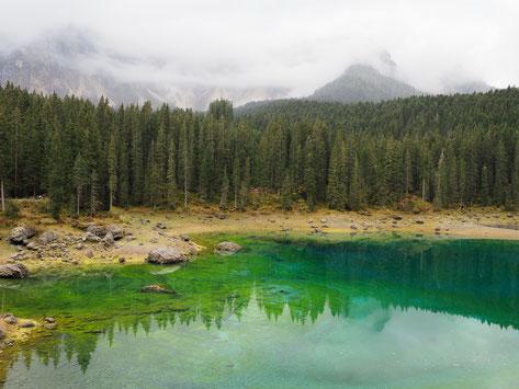 Regenbogenfarbenes Wasser im Karersee