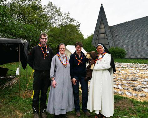 Spiri-Jurten-Team: Phil, Sr. Kerstin-Marie, Sr. Thekla MMS, Handpuppenschwester Johanna Baptist, Sr. Judith OP. Dank an Volker Stanko für das Bild.