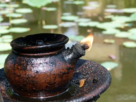 Diya schwimmende Öllampe auf einem Teich in Asien
