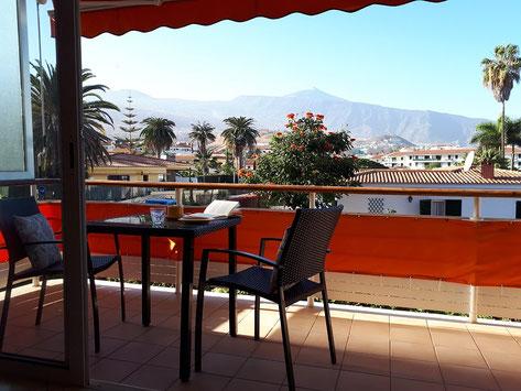 Der Teide ist vom Balkon, mit Tisch und Stühle, sehr gut zu sehen.