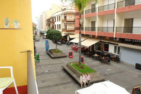 Straßenansicht vom Balkon der Wohnung.