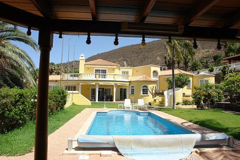 Bilck auf die Villa mit Pool im Vordergrund und Berg im Hintergrund.
