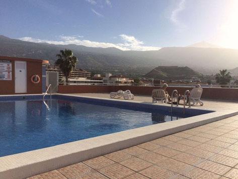 Pool auf dem Dach mit Blick in die Berge