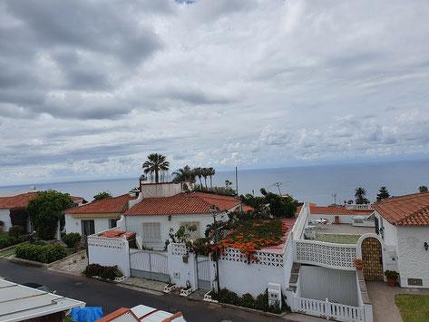 Blick auf das Meer über die Dächer von La Romantika II.