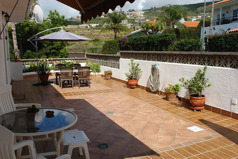 Große Terrasse vor der Wohnung mit Blick in die Umgebung.