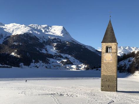 Immer wieder spektakulär: nur der Kirchturm ragt aus dem (zugefrorenen) See heraus