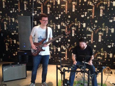 Martin und ein französischer Austauschstudent bei der Probe für ein Konzert