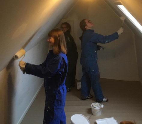 Anna, Sofia und Friederike beim Streichen