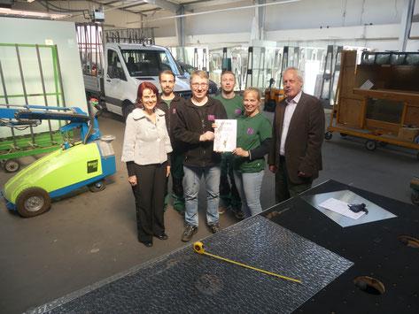Botschafterin der Oskar-Patzelt-Stiftung Amanda Pur und Eberhard Gottschlich von der Wirtschaftsförderung Uelzen gratulierten dem Team von Heideglas Uelzen.