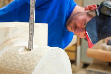Der Lehrling lernt alle Schritte der Steinbearbeitung - hier das Ausmessen einer geschwungenen Profils.