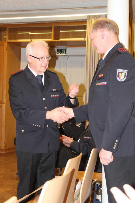 Karl Knörr (rechts) wird vom Ehrenvorsitzenden Otto Nußbaumer für 50 Jahre aktives Musizieren geehrt.