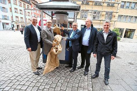 Oberbürgermeister Rupert Kubon (zweiter von links) eröffnete gestern zusammen mit den Lions Club-Mitgliedern Christof Güntert (von links), Robert Göhring, Andreas Dobmeier und Dieter Petrolli den offenen Bücher-Pavillon. Foto: Eich