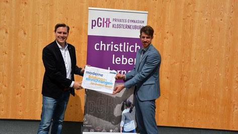 Am Foto: LAbg Christoph Kaufmann mit dem Leiter des privaten Gymnasiums Dir. Johannes Poyntner