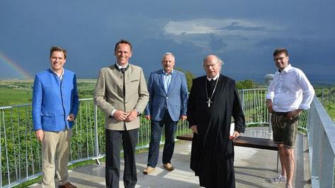 Foto von links: LAbg. Christoph Kaufmann, LR Jochen Danninger, Bgm. Franz Schneider, Abt Georg Wilfinger und Weinbauvereinobmann Josef Bauer