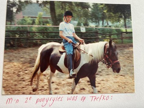 En zo zagen de caps er 32 jaar geleden uit... Erg he, die foto, haha! Maar ik was super trots dat ik op ponyles zat.