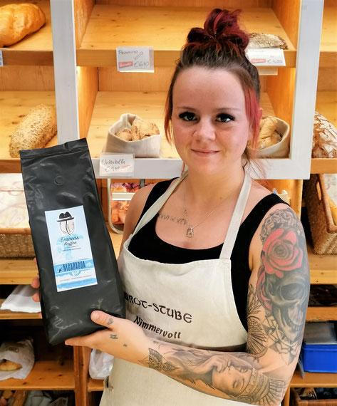 """Verkäuferin Gloria in der Brotstube Nimmervoll mit unserem """"Nica"""" Bio Kaffee."""