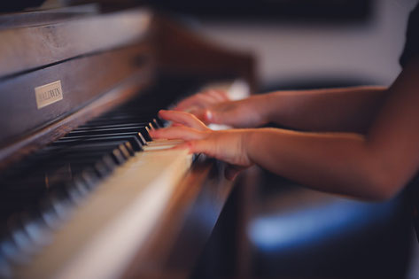 Kind nimmt Klavierunterricht in München Schwabing