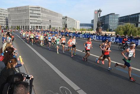 """Martin Mistelbauer (""""Hamza"""") führt eine große Gruppe beim Berlin-Marathon an (Foto: Berliner Morgenpost)"""