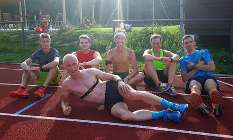 Martin Mistelbauer (in Bildmitte mit Stirnband) im Kreise seiner Trainingsgruppe kurz vor dem Rennen in Kärnten