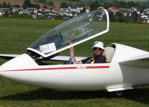 Pilot kurz vorm Start mit der LS 4