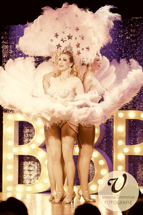 Dixie Dynamite mit dem Münchner Trio Blonde Bombshell Burlesque, in ihrem eleganten Showgirl Act mit Fächertanz, Fan Dance Munich Showgirls Cabaret Dancers